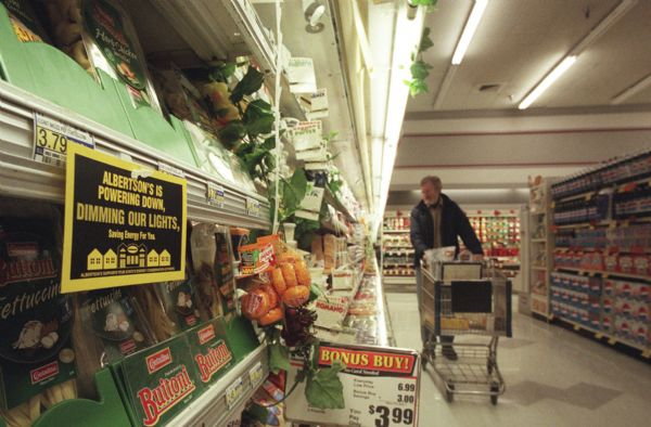 Albertsons on 1700 S. and 900 East is just slightly darker inside by removing every other overhead flourecent bulb on their store ailes.  They are also lowering thermostats and keeping freezer doors shut.  Albertsons is extending energy conservation measures from California to Utah stores.  Sign on the cold case at left is Albertsons sign announcing the plan.   photo by Al Hartmann. 02/06/2001