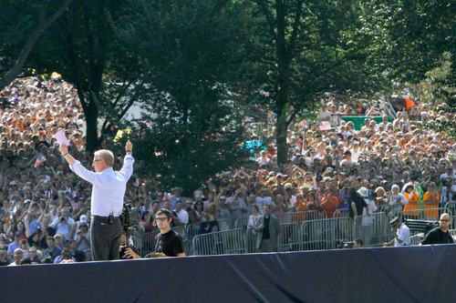 Glenn Beck waves to the crowd at the start of the