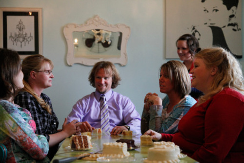 Robyn Sullivan and Christine, Kody, Meri, and Janelle Brown taste potential wedding cakes at a bakery in the TLC show