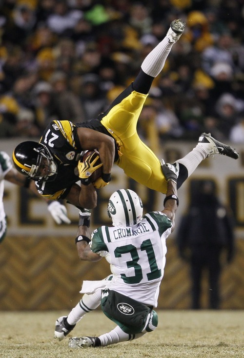 New York Jets cornerback Antonio Cromartie (31) tackles Pittsburgh Steelers running back Mewelde Moore (21) after a pass reception during the second half of the AFC Championship NFL football game in Pittsburgh, Sunday, Jan. 23, 2011. (AP Photo/Matt Slocum)