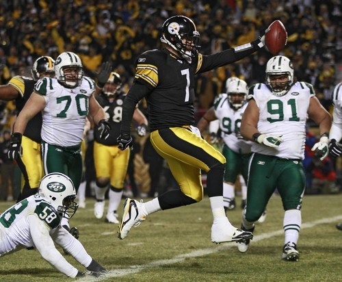 Pittsburgh Steelers quarterback Ben Roethlisberger (7) beats New York Jets linebacker Bryan Thomas (58) and defensive tackle Sione Pouha (91) on a 2-yard touchdown run during the first half of the AFC championship NFL football xgame in Pittsburgh, Sunday, Jan. 23, 2011. (AP Photo/Charles Krupa)