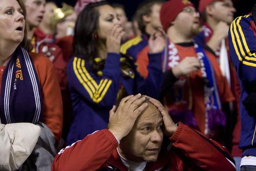 Djamila Grossman     Ahora Utah -- Miguel Núñez, un hincha del Real Salt Lake, reacciona con desilución ante la anotación de gol de Humberto