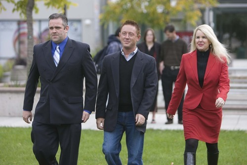 David James Bell, who was acquitted of child kidnapping charges, is flanked by his defense lawyers Roger Kraft and Susanne Gustin in this 2009 Tribune file photo.