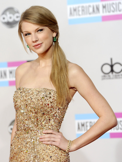 Taylor Swift arrives at the 39th Annual American Music Awards on Sunday, Nov. 20, 2011 in Los Angeles. (AP Photo/Chris Pizzello)