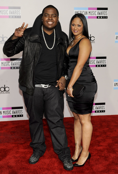 Sean Kingston, left, and guest arrive at the 39th Annual American Music Awards on Sunday, Nov. 20, 2011 in Los Angeles. (AP Photo/Chris Pizzello)