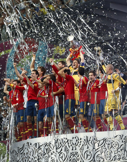 Spain goalkeeper Iker Casillas holds up the trophy at the end of during the Euro 2012 soccer championship final  between Spain and Italy in Kiev, Ukraine, Sunday, July 1, 2012. (AP Photo/Gregorio Borgia)