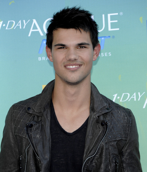 Taylor Lautner arrives at the Teen Choice Awards on Sunday, Aug. 7, 2011 in Universal City, Calif. (AP Photo/Dan Steinberg)