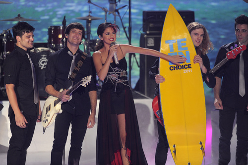 Selena Gomez, center, accepts her award onstage at the Teen Choice Awards on Sunday, Aug. 7, 2011 in Universal City, Calif.  (AP Photo/Chris Pizzello)