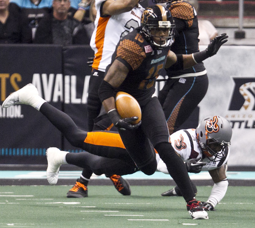 PNI0805-spt rattlers  073012419tk   --  8/4/12- Arizona Rattlers WR Kerry Reed runs the ball against the Utah Blaze during the second quarter of Saturday's playoff game at U.S. Airways Center. Pat Shannahan/The Arizona Republic
