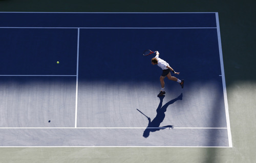 Britain's Andy Murray returns a shot to Serbia's Novak Djokovic during the championship match at the 2012 US Open tennis tournament, Monday, Sept. 10, 2012, in New York. (AP Photo/Julio Cortez)