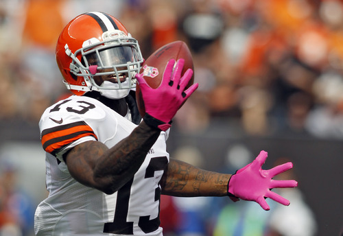Cleveland Browns wide receiver Josh Gordon makes a one-handed catch on a 71-yard touchdown reception in the second quarter of an NFL football game against the Cleveland Browns, Sunday, Oct. 14, 2012, in Cleveland. (AP Photo/Scott R. Galvin)