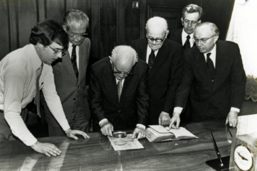 FILE  | The Salt Lake Tribune Mark W. Hofmann, left, and LDS Church leaders N. Eldon Tanner, Spencer W. Kimball, Marion G. Romney, Boyd K. Packer and Gordon B. Hinckley examine the Anthon transcript April 22, 1980.