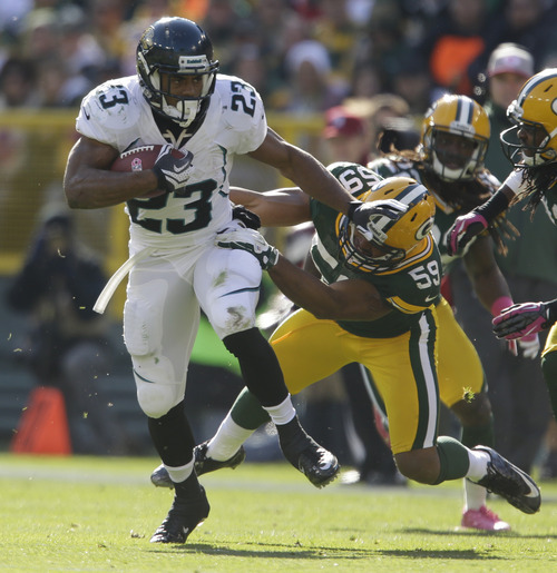 Jacksonville Jaguars' Rashad Jennings(23) runs against Green Bay Packers' Brad Jones, right, in the first half of an NFL football game Sunday, Oct. 28, 2012, in Green Bay, Wis. (AP Photo/Jeffrey Phelps)