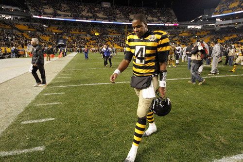 Pittsburgh Steelers quarterback Byron Leftwich (4) walks off the field after a 13-10 loss to the Baltimore Ravens in an NFL football game in Pittsburgh, Sunday, Nov. 18, 2012. (AP Photo/Gene J. Puskar)