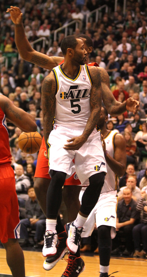 Rick Egan    The Salt Lake Tribune   Utah Jazz point guard Mo Williams (5)gets an assist with a behind-the-back pass  in NBA action. The Los Angeles Clippers beat the Jazz 105-104, in Salt Lake City, Monday, December 3, 2012.