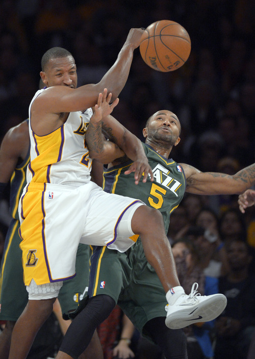 Los Angeles Lakers guard Jodie Meeks, left, and Utah Jazz guard Mo Williams battle for a rebound during the first half of their NBA basketball game, Sunday, Dec. 9, 2012, in Los Angeles. (AP Photo/Mark J. Terrill)