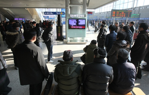 South Koreans watch a public TV reporting a news about North Korea's rocket launch at Seoul Railway Station in Seoul, South Korea, Wednesday, Dec. 12, 2012. North Korea fired a long-range rocket Wednesday in its second launch under its new leader, South Korean officials said, defying warnings from the U.N. and Washington only days before South Korean presidential elections. (AP Photo/Ahn Young-joon)