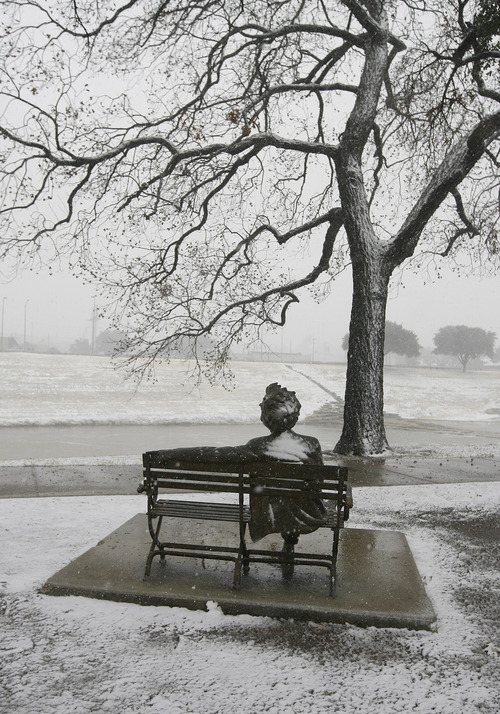 Snow falls on the Mark Twain statue on the banks of the Trinity River in Fort Worth, Texas on Christmas Day, Tuesday, Dec. 25, 2012. (AP Photo/The Fort Worth Star-Telegram, Ben Noey Jr.)  MAGS OUT; (FORT WORTH WEEKLY, 360 WEST); INTERNET OUT
