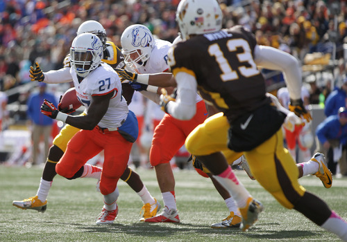 Boise State running back Jay Ajayi carries against Wyoming during the first quarter of an NCAA college football game Saturday, Oct. 27, 2012, in Laramie, Wyo. (AP Photo/Michael Smith)