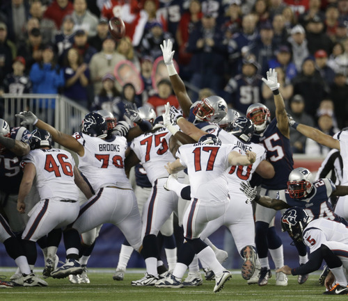 Houston Texans kicker Shayne Graham (17) kicks a 27-yard field goal during the first half of an AFC divisional playoff NFL football game against the New England Patriots in Foxborough, Mass., Sunday, Jan. 13, 2013. (AP Photo/Elise Amendola)