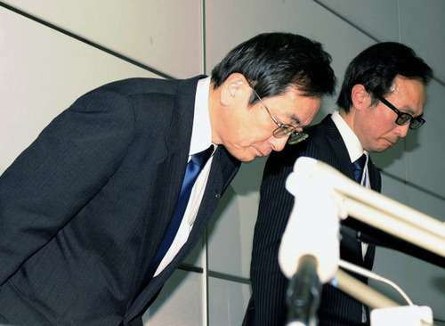 All Nippon Airways Vice President Osamu Shinobe, left, bows in apology during a news conference at Haneda airport in Tokyo Wednesday, Jan. 16, 2013 after one of the jets for an All Nippon Airways domestic flight made an emergency landing Wednesday in western Japan. (AP Photo/Kyodo News)  JAPAN OUT, MANDATORY CREDIT, NO LICENSING IN CHINA, HONG KONG, JAPAN, SOUTH KOREA AND FRANCE