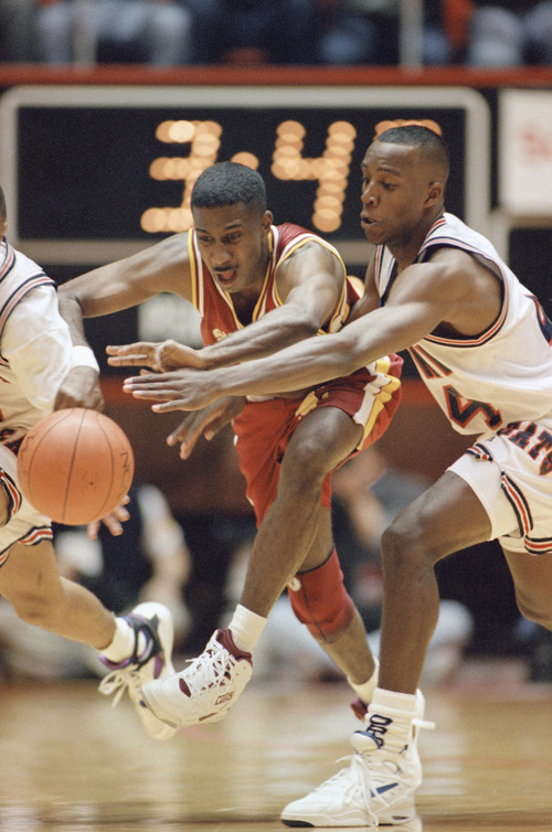Arizonas Reggie Geary, left, battles Santa Claras John Woolery for the loose ball during their NCAA Tournament game, Thursday, March 18, 1993, Salt Lake City, Utah. (AP Photo/Jack Smith)