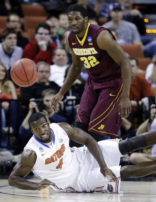 Florida's Patric Young (4) and Minnesota's Trevor Mbakwe (32) watch a loose ball during the first half of a third-round game of the NCAA college basketball tournament, Sunday, March 24, 2013, in Austin, Texas. (AP Photo/David J. Phillip)