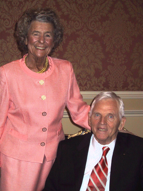 Carol and Earl Holding receive the Deseret Fondation's Heart and Lung Research Foundation 2004 Legacy of Life Award at the Grand America Hotel.