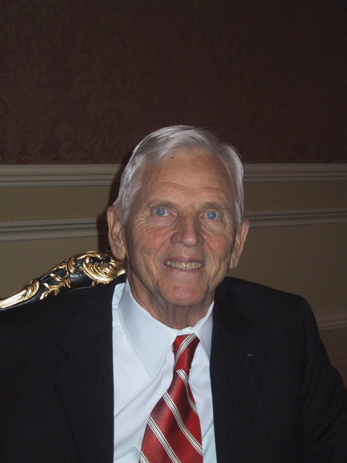 Earl Holding is honored with the Deseret Foundation's Heart and Lung Research Foundation's 2004 Legacy of Life Award at the Grand America Hotel.