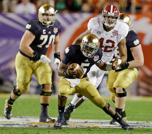 Notre Dame quarterback Everett Golson scrambles during the first half of the BCS National Championship college football game against Alabama Monday, Jan. 7, 2013, in Miami. (AP Photo/Wilfredo Lee)