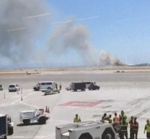 This photo provided by Wei Yeh shows what a federal aviation official says was an Asiana Airlines flight crashing while landing at San Francisco airport on Saturday, July 6, 2013.  (AP Photo/Wei Yeh)