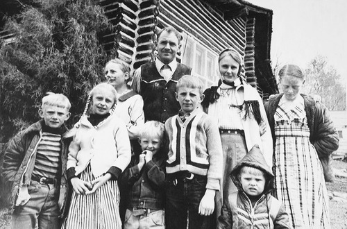 Tribune file photo  In this photo, taken in 1978, John and Vickie Singer stand with their seven children in front of the log cabin Singer built 20 years earlier in Marion, Utah. Singer was shot by law officers in 1979 as he was  going to his mailbox. The officers were attempting to arrest him on a contempt of court citation related to Singer's refusal to send his children to public school.