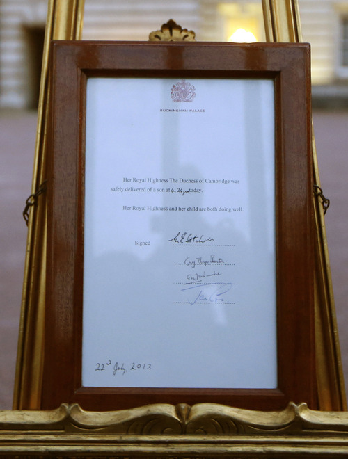 A notice proclaiming the birth of a baby boy to Prince William and Kate, Duchess of Cambridge is displayed for the public view at Buckingham Palace in London, Monday, July 22, 2013. (AP Photo/Sang Tan)