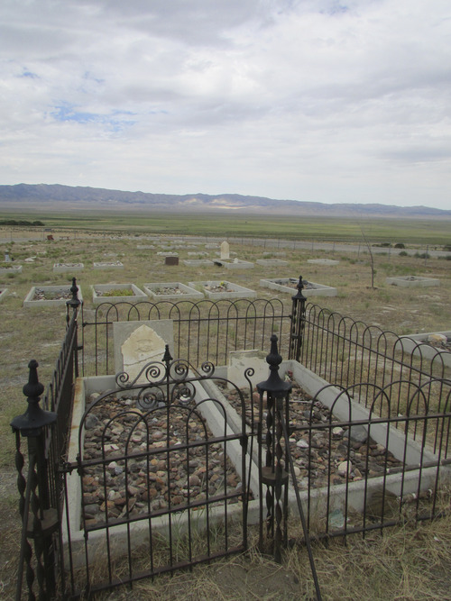 Historic grave in Iosepa cemetery. (Tom Wharton photo)