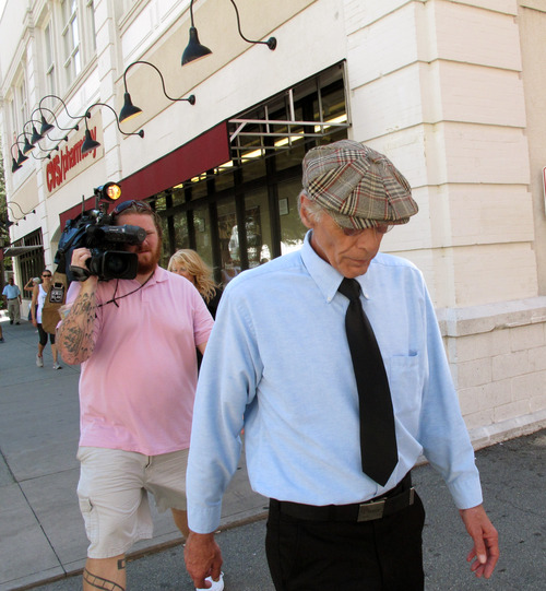 Thomas George Paculis walks past reporters after pleading guilty in federal court to attempting to extort $200,000 from celebrity cook Paula Deen, Friday, Aug. 9, 2013 in Savannah, Ga. Paculis, a New York man pleaded guilty in federal court Friday to trying to extort $200,000 from Paula Deen by threatening to reveal damaging information about the embattled celebrity cook if she didn't pay him to stay quiet. (AP Photo/Russ Bynum)