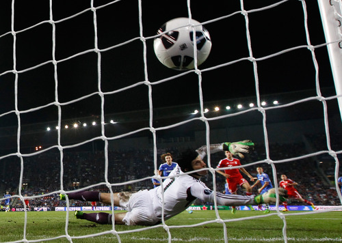 Chelsea's goalkeeper Petr Cech, from the Czech Republic, fails to stop a shot from Bayern's Franck Ribery of France, right, during the soccer Super Cup final between Champions League winner Bayern Munich and Europa League winner Chelsea FC  at the Eden Stadium in Prague Friday, Aug. 30, 2013. (AP Photo/Matthias Schrader)