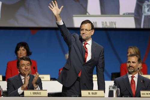 Spain's Prime Minister Mariano Rajoy, center, flanked by Prince Felipe, right, and Madrid's Regional President Ignacio Gonzalez waves as he arrives to the IOC session before the Madrid 2020 bid presentation during the 125th International Olympic Committee session in  Buenos Aires, Argentina, Saturday, Sept. 7, 2013. Madrid, Istanbul and Tokyo are competing to host the 2020 Summer Olympic Games. (AP Photo/Natacha Pisarenko)