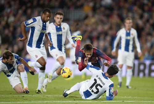 FC Barcelona's Neymar, from Brazil, falls over Espanyol's Hector Moreno, on the ground, during a Spanish La Liga soccer match at the Camp Nou stadium in Barcelona, Spain, Friday, Nov. 1, 2013. (AP Photo/Manu Fernandez)