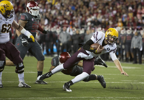 Arizona State quarterback Taylor Kelly gets past Washington State safety Taylor Taliulu (30) to score a touchdown as Arizona State left tackle Evan Finkenberg (62) and Washington State defensive lineman Xavier Cooper (96) watch during the first half of an NCAA college football game Thursday, Oct. 31, 2013, at Martin Stadium in Pullman, Wash. (AP Photo/Dean Hare)