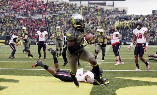 Oregon wide receiver Josh Huff scores on a reception during the first half of an NCAA college football game against Utah in Eugene, Ore., Saturday, Nov. 16, 2013. (AP Photo/Don Ryan)