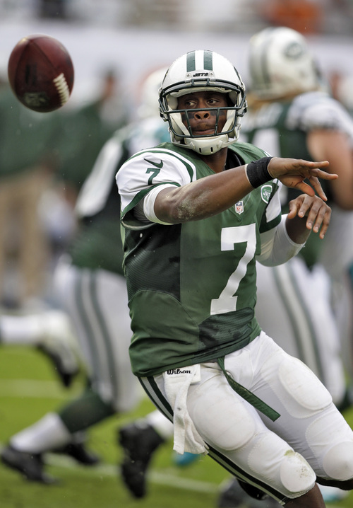 New York Jets quarterback Geno Smith (7) pitches the ball during the first quarter of an NFL football game against the Miami Dolphins, Sunday, Dec. 29, 2013, in Miami Gardens, Fla. (AP Photo/Lynne Sladky)