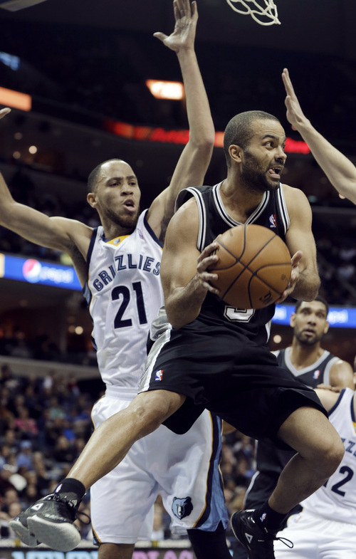 San Antonio Spurs' Tony Parker, of France, right, passes the ball in front of Memphis Grizzlies' Tayshaun Prince (21) in the second half of an NBA basketball game in Memphis, Tenn., Tuesday, Jan. 7, 2014. The Spurs defeated the Grizzlies 110-108 in overtime. (AP Photo/Danny Johnston)