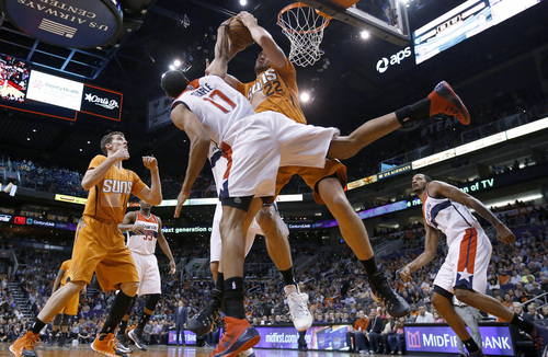 Washington Wizards' Garrett Temple (17) ties up Phoenix Suns' Miles Plumlee (22) for a jump ball as Suns' Goran Dragic (1), of Slovenia, and Wizards' Trevor Ariza, right, and Trevor Booker (35) all look on during the second half of an NBA basketball game Friday, Jan. 24, 2014, in Phoenix. The Wizards defeated the Suns 101-95. (AP Photo/Ross D. Franklin)
