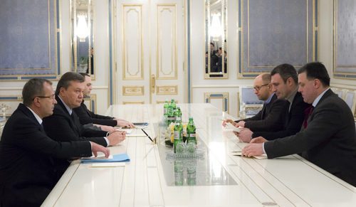 Ukraine's President Viktor Yanukovych, second left, talks to opposition leaders Oleh Tyahnybok, first right, Vitali Klitschko, second right, and Arseniy Yatsenyuk, third right, in Kiev, Ukraine, Saturday Jan. 25, 2014. Ukraine's embattled president on Saturday offered to make a top opposition leader the prime minister, but it was unclear if the overture would mollify the radical faction of protesters who have clashed with police for much of the last week. A statement on President Viktor Yanukovych's website Saturday evening said he had offered the country's No. 2 job to Arseniy Yatsenyuk, an ex-foreign minister who had led efforts to integrate Ukraine with the European Union. (AP Photo/Mykhailo Markiv, Pool)