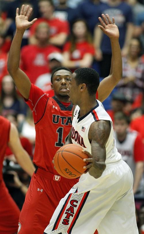 Arizona's Rondae Hollis-Jefferson, right, looks to pass the ball against Utah's Dakerai Tucker (21) in the second half of an NCAA college basketball game on Sunday, Jan. 26, 2014, in Tucson, Ariz. (AP Photo/John Miller)