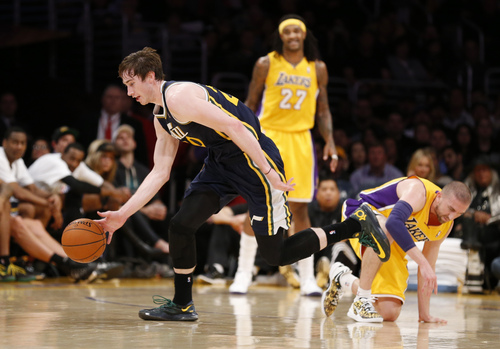Utah Jazz's Gordon Hayward, left, grabs a loose ball in front of Los Angeles Lakers' Steve Blake, right, as Jordan Hill, rear, watches during the first half of an NBA basketball game in Los Angeles, Tuesday, Feb. 11, 2014. (AP Photo/Danny Moloshok)