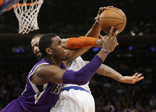 Sacramento Kings' Jason Thompson (34) and New York Knicks' Tyson Chandler vie for control of the ball during overtime of an NBA basketball game Wednesday, Feb. 12, 2014, in New York. The Kings won the game 106-101. (AP Photo/Frank Franklin II)