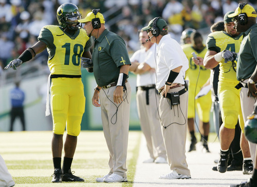 Oregon offensive coordinator Gary Crowton talks to wide receiver James Finely during the Fresno State game at Autzen Stadium, Saturday,  Sept. 17, 2005. (THOMAS BOYD/The Register-Guard)