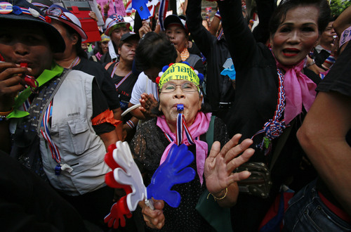 Anti-government supporters rally in support of peaceful protests during a memorial for the children killed in recent bomb blasts in Bangkok, Thailand, Wednesday, Feb. 26, 2014. Violence spread Tuesday to another anti-government protest site in Thailand's capital following weekend explosions that left five people dead, including four children, security officials said. (AP Photo/Wally Santana)