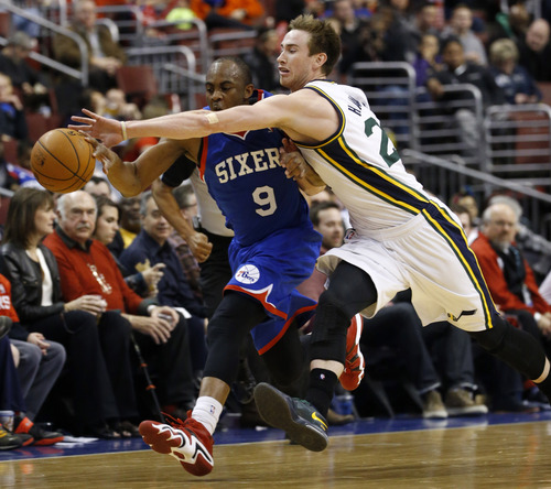 Philadelphia 76ers' James Anderson, left, and Utah Jazz's Gordon Hayward chase down a loose ball during the second half of an NBA basketball game on Saturday, March 8, 2014, in Philadelphia. Utah won 104-92. (AP Photo/Matt Slocum)